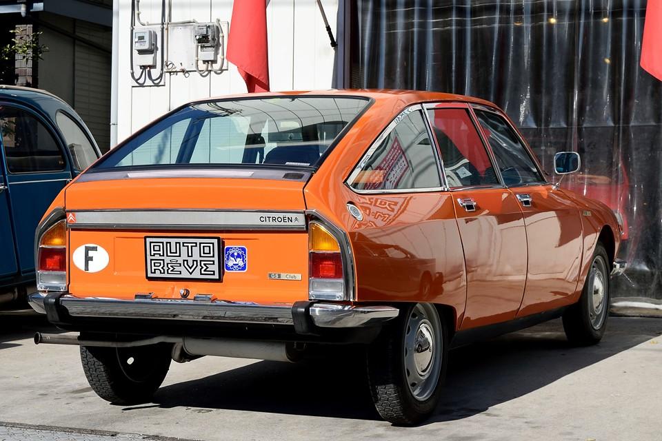 これだけ派手なカラーですが、様になるところがフランス車の素晴らしいところ!