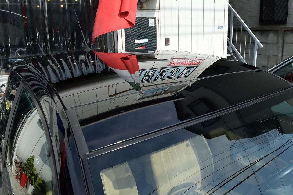 ルーフはフロントからリアまで続く全面ガラスルーフ! 「えっ!1.4Lのコンパクト車なのにそんな装備まで?」…そりゃランチアですから。