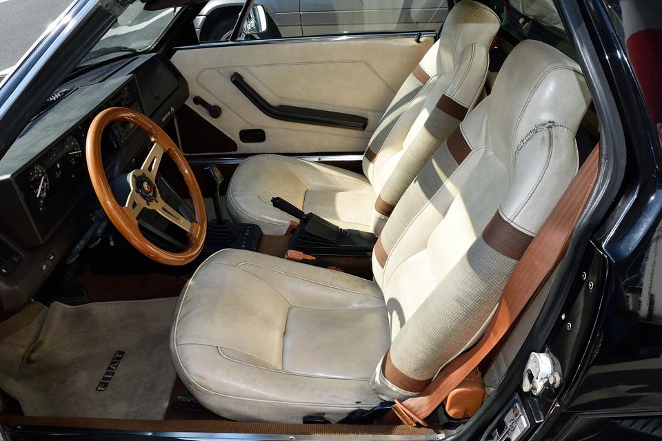 オリジナルのシートですが、ホワイトビニールレザーなので、かなり汚れが目立ちます。 運転製ヘッドレスト横に破れの補修跡があります。