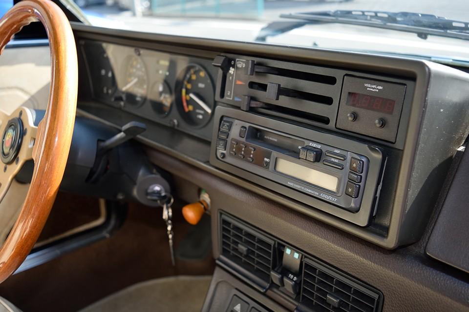 まさしく、これぞ80年代インパネ!デジタル時計は残念ながら不動です。