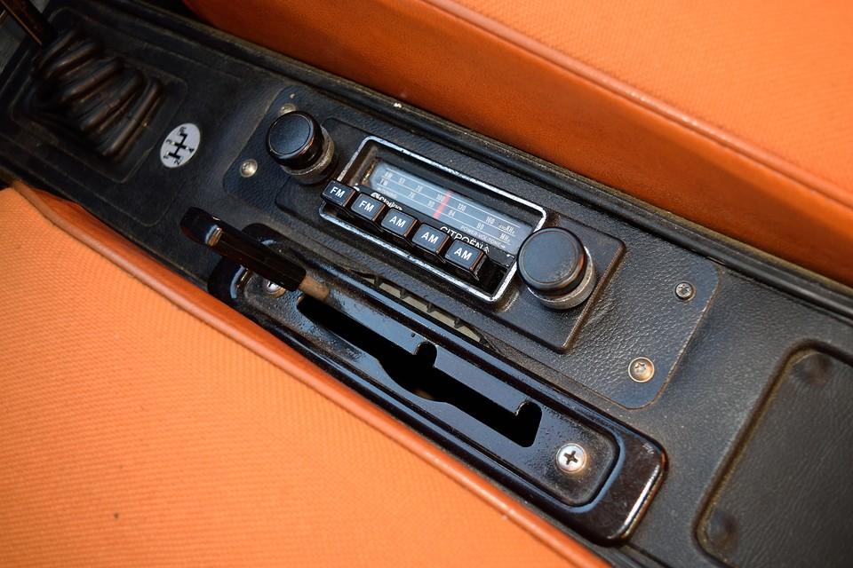 GSのラジオはこの位置です。車高調整レバーはこれで通常走行位置。 二段階上げる事は出来ますが、これ以上、任意で下げる機構はありません。