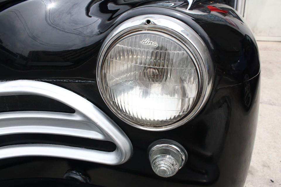 ヘッドライトにもHinoの刻印があります。これも造っていたんでしょうか?う〜ん、スゴイ!