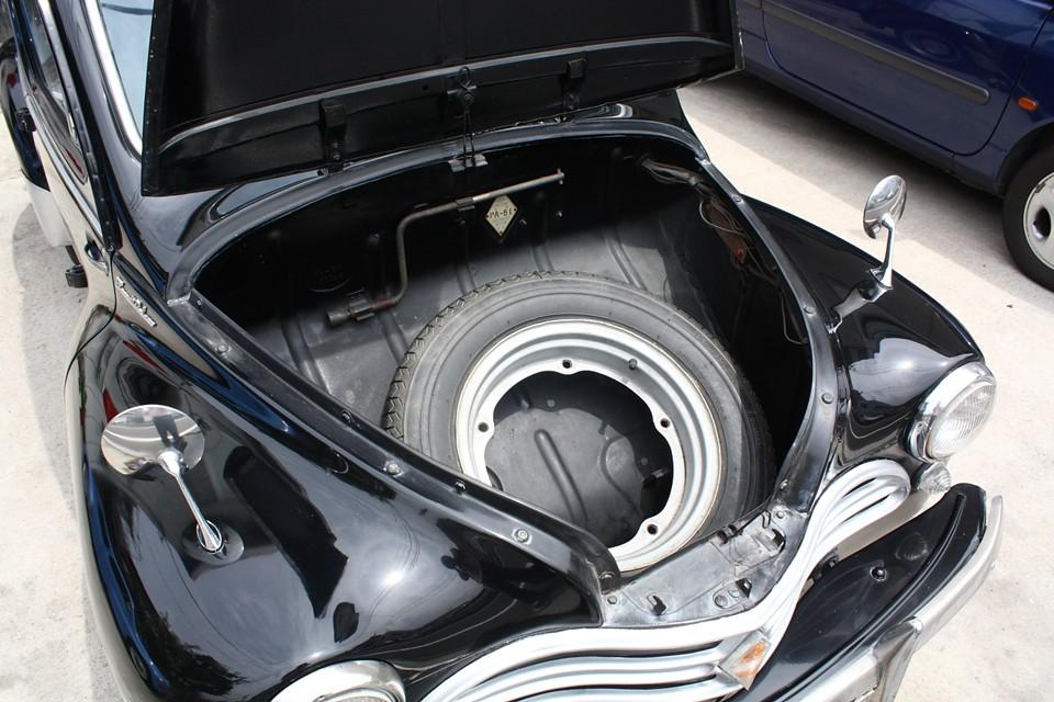 RRなのでフロントがトランクになります。スペアタイヤでほとんどスペースはありません。