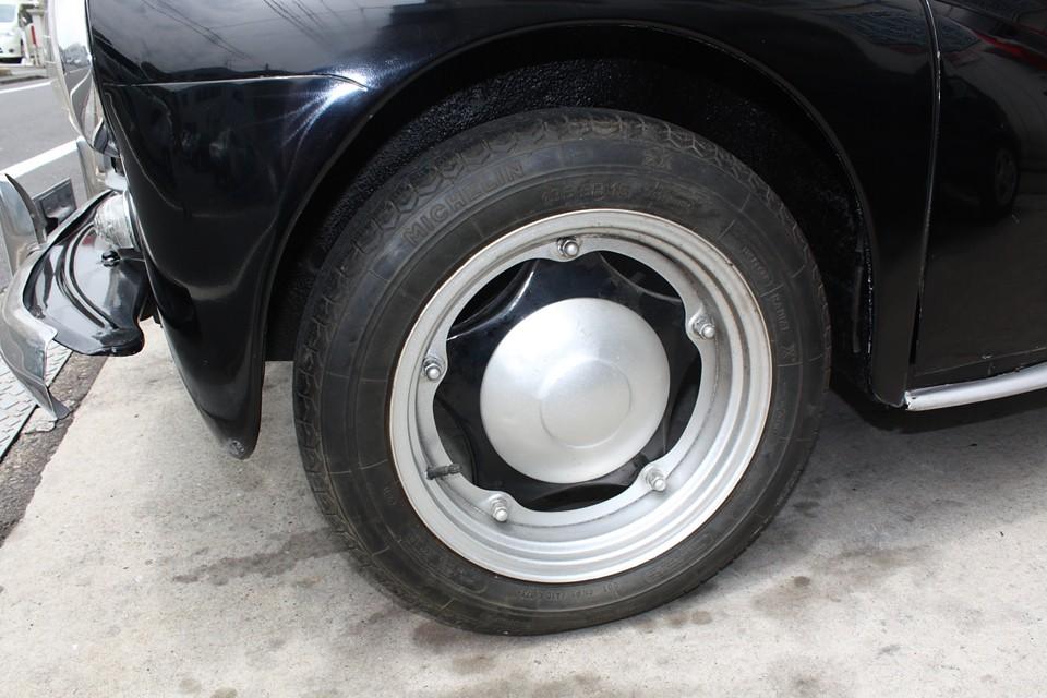 純正の珍しいホイールは大きなキズやサビもありません。タイヤも貴重なミシュランZXですが、少し古いものです。