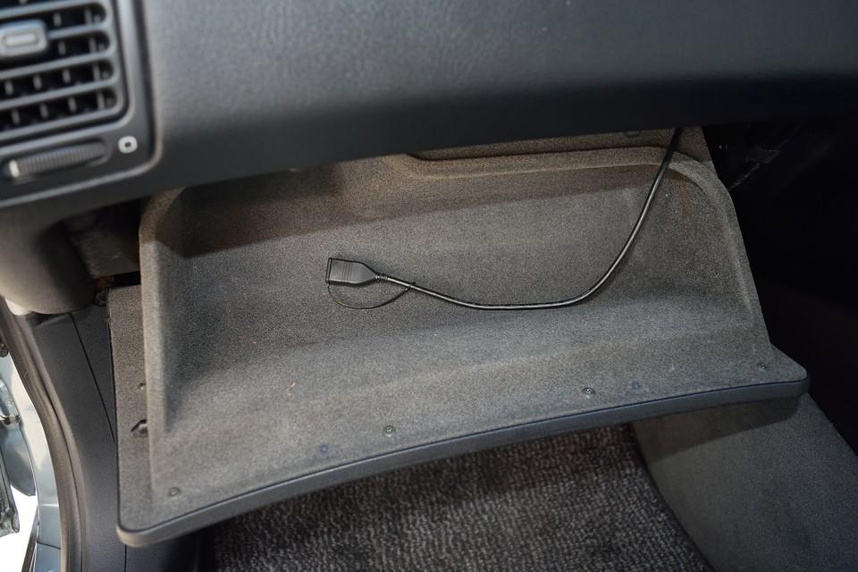 USBケーブルはグローブボックス内に引いてあります。WMA/MP3/AAC/WAV形式の音楽データが書き込まれたUSBメモリーの再生可能! iPhoneをいちいち抜き差しするより、こりゃ便利!