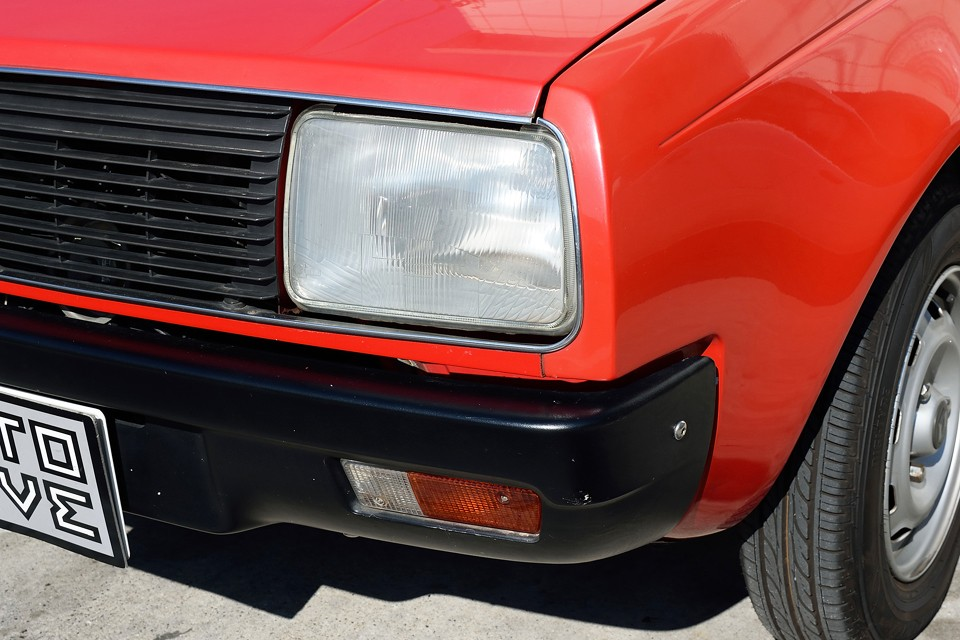 ヘッドライトは若干くもり気味でしょうか。向かって左のライトは反射板の劣化も少しあります。