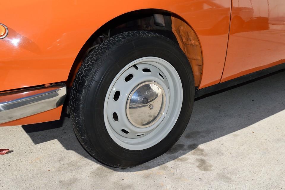 タイヤはヒビヒビ状態なので、ご成約頂きましたらミシュランXZX145SR15 × 4本新品交換サービスしま〜す!