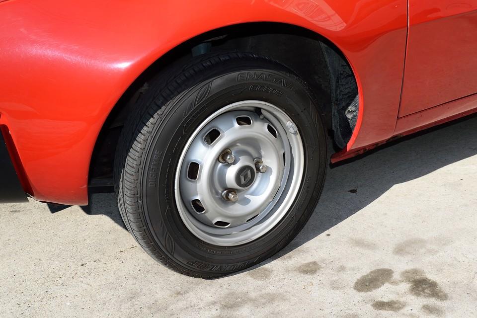 ベーシックなクルマにはやっぱり鉄ッチンホイールが似合います。 タイヤは7分山くらいでしょうか、当分は交換の必要はなさそうです。