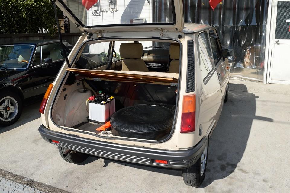トランクはバッテリーとスペアタイヤで少し狭いですが、日常使用には問題ないと思います。