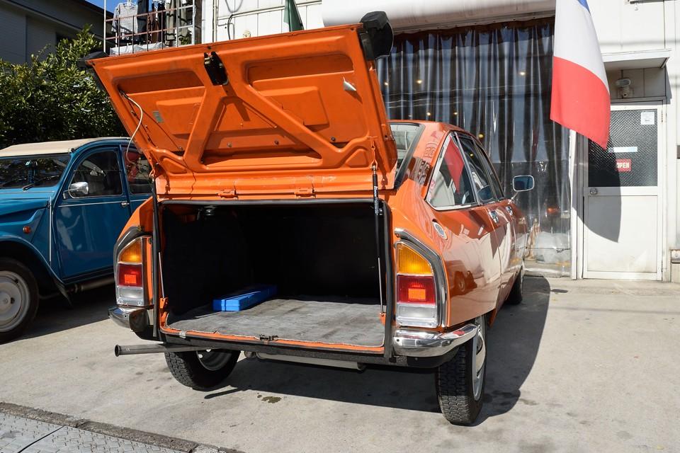 トランクはタイヤハウスとかの出っ張りの無い、ほぼ押し入れ状態!容量もたっぷりでとっても使いやすいです。
