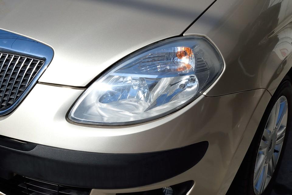 印象的な形をしたヘッドライトは少〜し、くもっているでしょうか…納車整備内でキレイに磨かせていただきます!