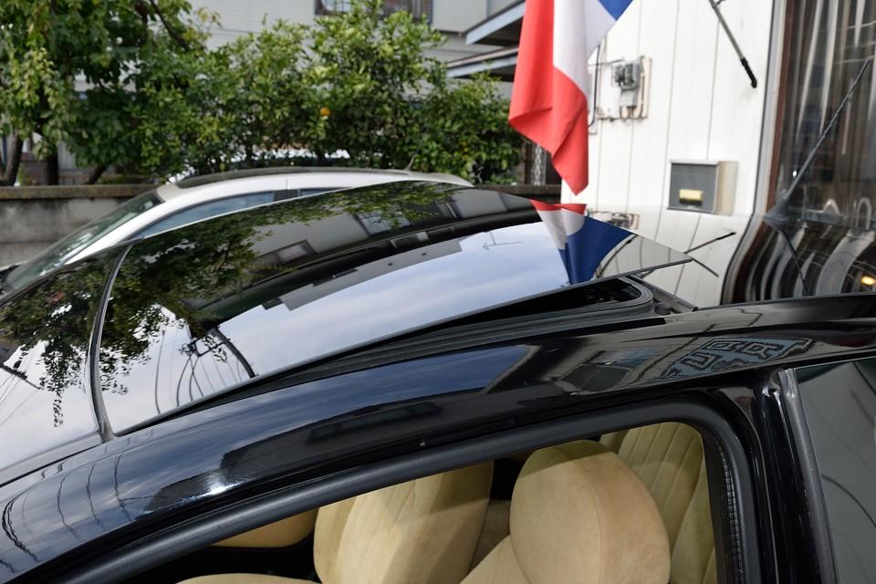 ガラスルーフはチルトアップ機能付き!これで車内は一発換気!