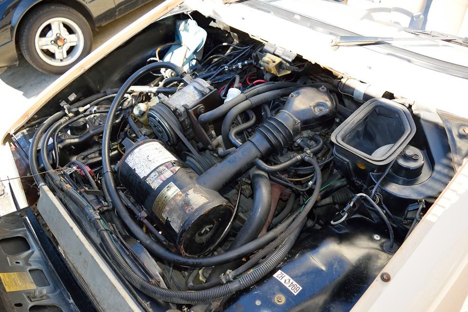 エンジンはさすがに年期を感じますが、30年物のアンティークですので…。 でも、厄介な電子制御類は無いし、OHVでタイベルの心配も無いし、とメリットも大きいのです!