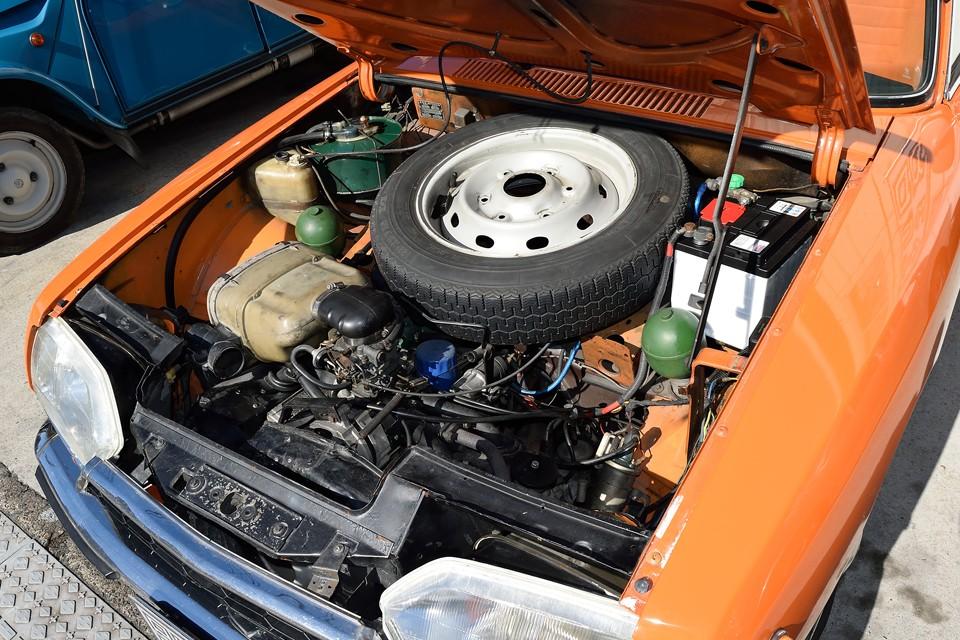 エンジンは空冷水平対向4気筒1220cc!上からはエンジンブロックが見えないくらい低い位置に搭載されています。 重心の低い安定した走りはこのおかげなんでしょうね。