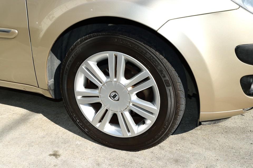 純正アルミホイールは目立つキズもほとんど無く良い状態です。 タイヤも7分山というところでしょうか。当分交換の必要はなさそうです。
