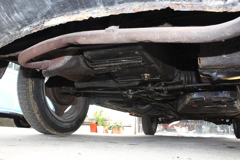 リア(エンジン)下廻り!標準装備とも言えるオイルのにじみはありますが ポタポタ垂れる様な状態ではありません。