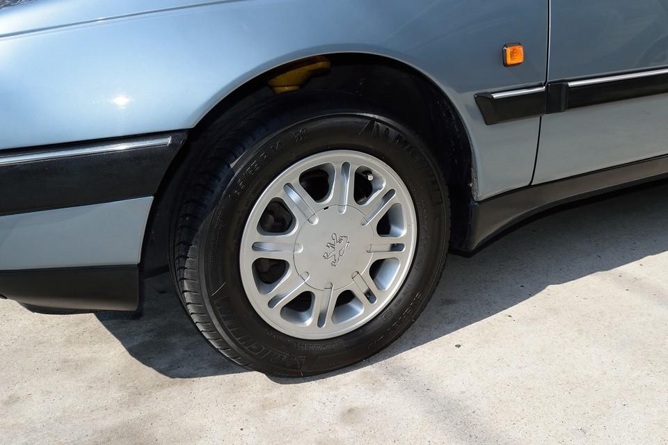 タイヤも比較的、新しめで8分山と言ったところでしょうか、当分は大丈夫そうですね。 平成25年2月、51043km時にショック4本をビルシュタインに交換済み!足回りの「シャキッ」とした印象も納得!