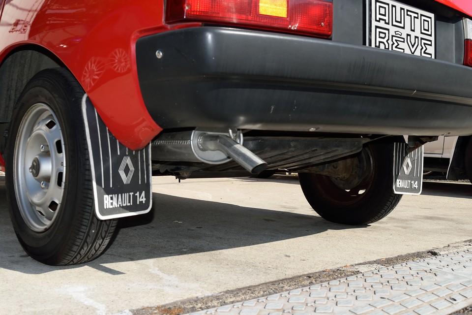 ルノー14用の泥よけが何とも「ククゥ〜!」…マフラーは前回車検時(平成26年9月)に交換したばかりです!