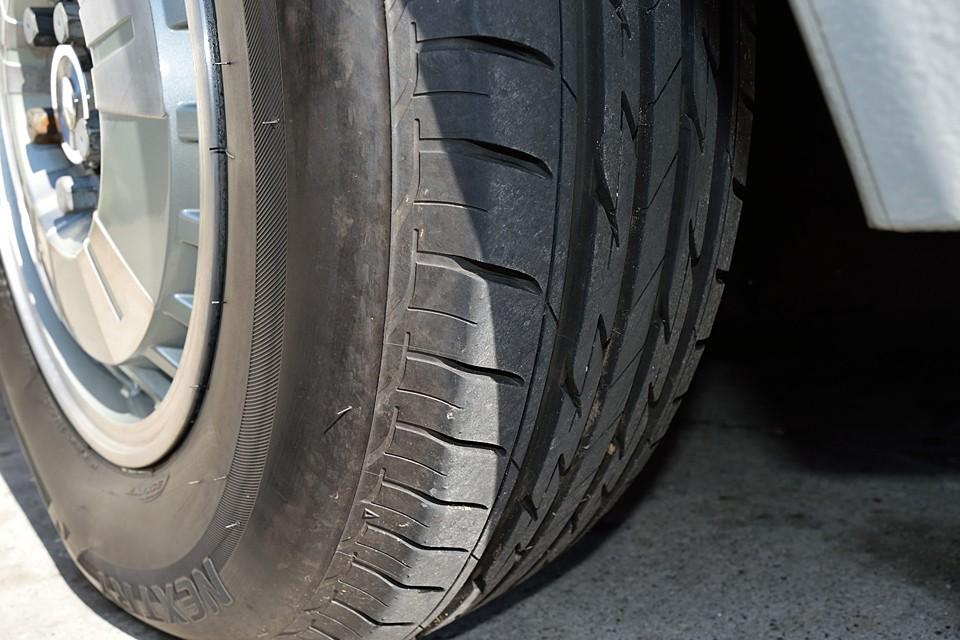 タイヤは交換後、走行1000Km弱です。ご覧の通り、まだヒゲのある状態で〜す!