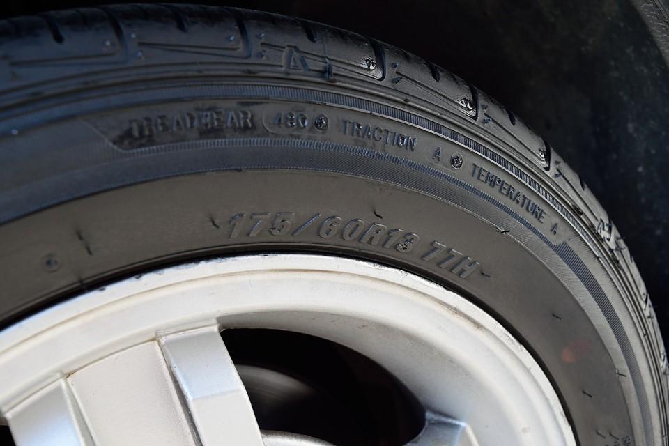 タイヤサイズはご覧の通り。このサイズなら困る事はないですね。状態もまたヒゲのある新しいものです。
