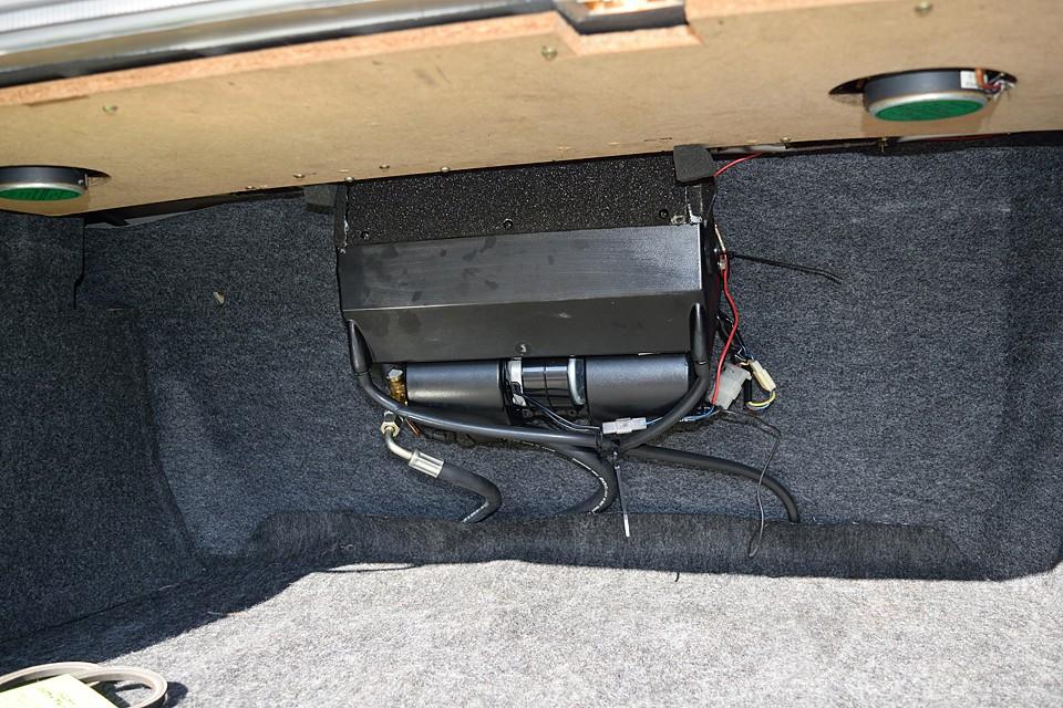 そして、何とリアシート用のクーラーユニットを装備!フロントとは別に単独で操作出来るのです!すげぇ〜!