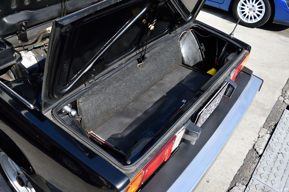 更にリアにもこれだけのスペースが!イタリア車なのにこんなにトランクスペースがあるって…さすが開発コードX1/9?!