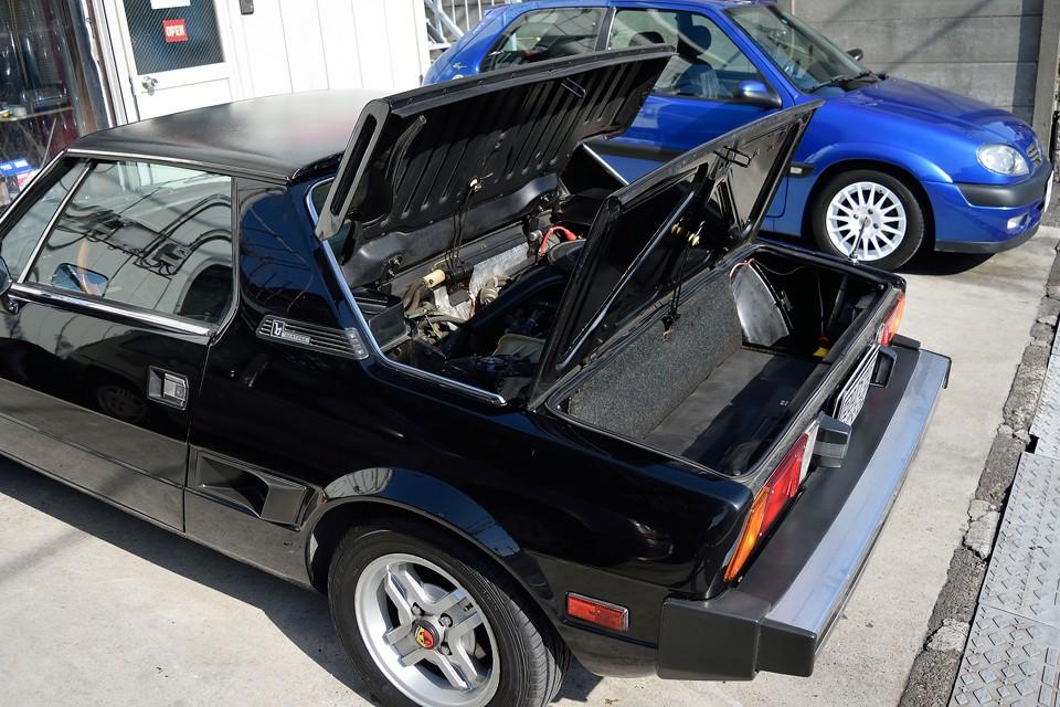 エンジン、トランクフードを開けるとこんな状態…パタパタすると…飛びそう(笑)