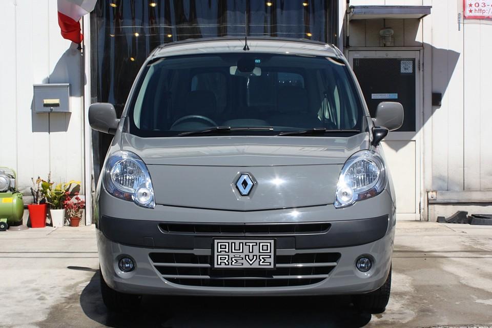 もともとは商用車ベースのカングーなので、こういうワークカラーが似合うのも当然と言えば当然!