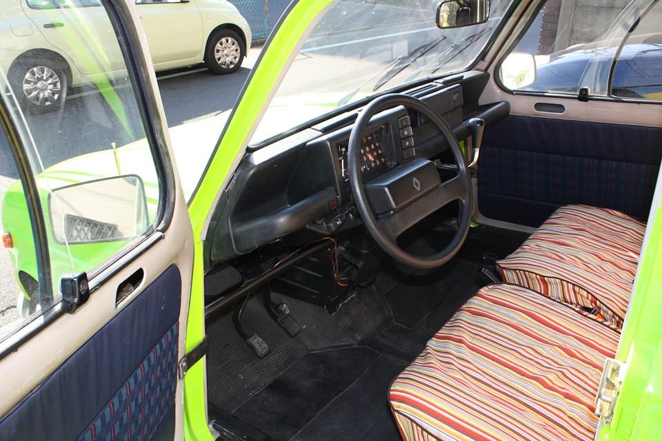 内装はノーマルのままですので、年式相応、フランス車標準仕様?!といったところでしょうか。