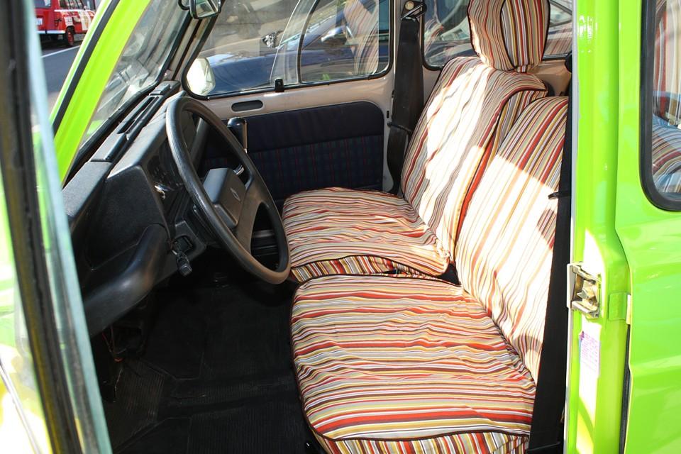 内装も負けていられません!という事で、外装の鮮やかさに合わせてシートカバーもこんな感じで製作してみましたぁ!