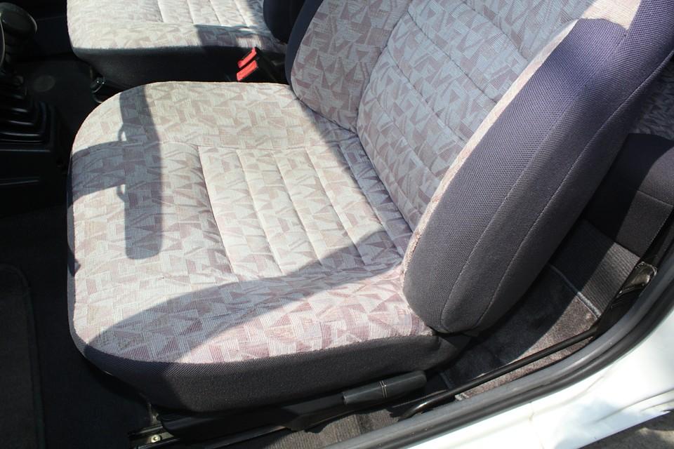 一番傷んでいる運転席でこの状態です。サイド部は少し擦れて、生地が薄くなっていますが、破れはありません。