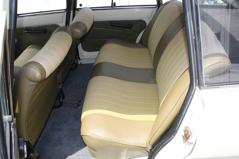 後席の上部の破れ以外は目立つ汚れも無く、かなり良い状態です。