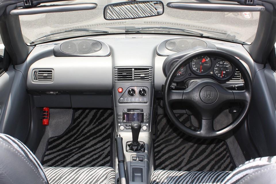 ドア+ダッシュ+ウーファーに純正オプションのマルチスピーカーシステムを装備! 結構、元気なエンジン音がするので音楽を楽しみたい方には必須!