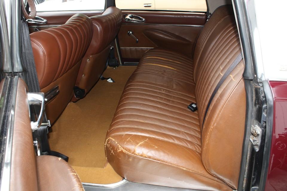 リアシートはかなりのスレ、一部破れもある状態です。張り替えがベストですが、座り心地は良いのでシートカバーでも良いかもしれません。