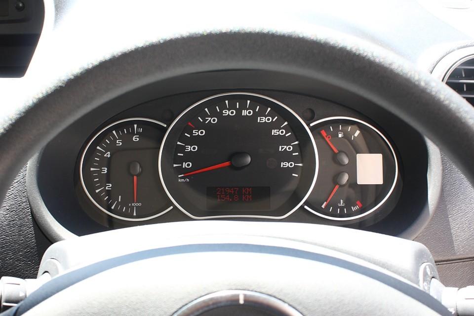 実走行2.2万Km!しかもワンオーナー!更に平成27年10月までの新車保証継承可です!めっちゃ安心でしょ。