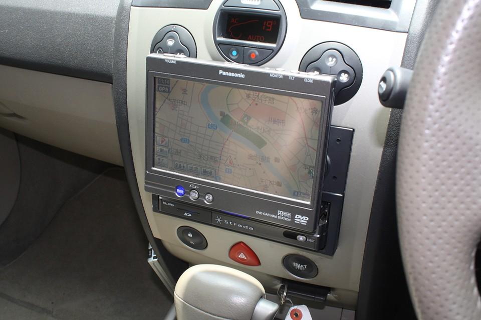 Panasonic製のStradaナビ付き!フリップアップ式ですので使わない時は格納出来るのでスッキリ!