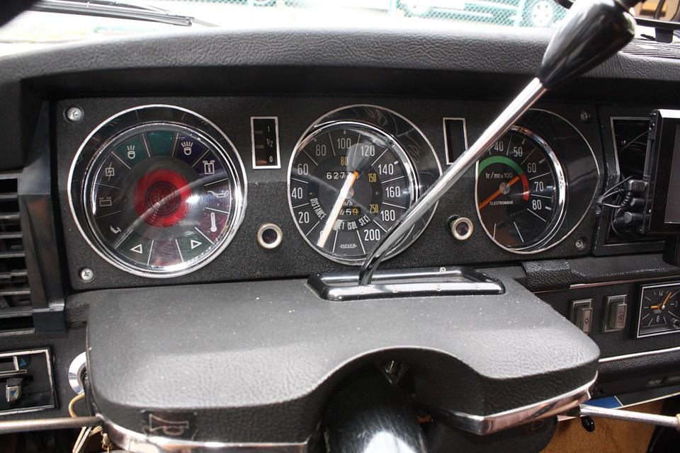 本車両はセミオートマチック車ですが、シフトレバー上部のボタン操作で切替える5速仕様です!これ、高速道路ではかなりの威力を発揮するでしょうね。