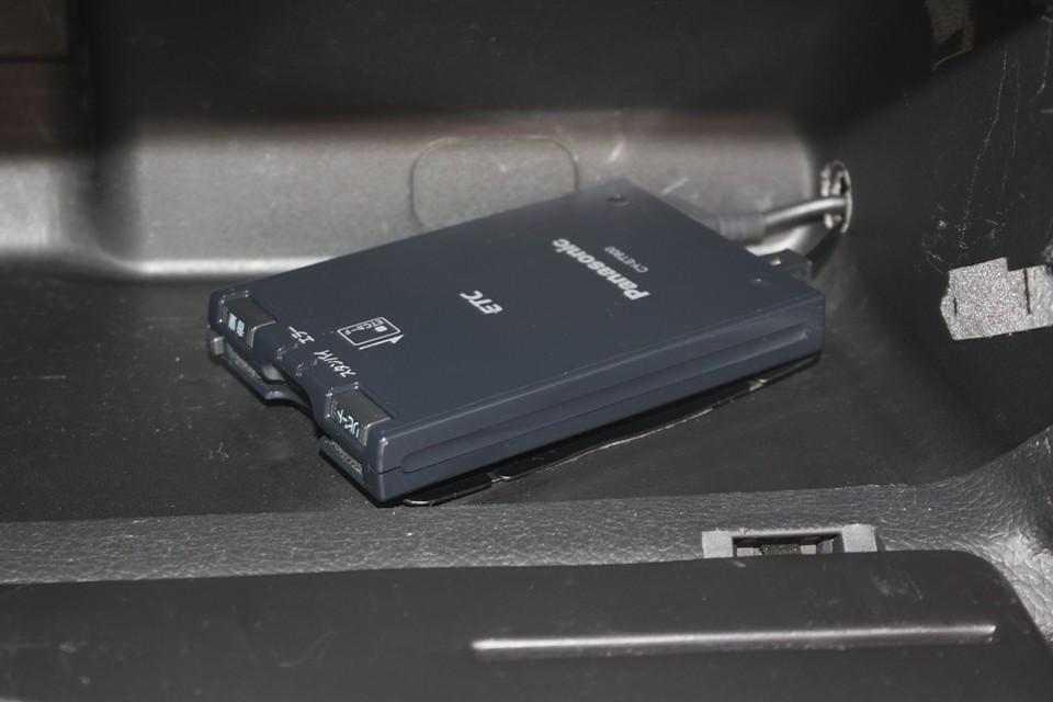 グローブボックス内にパナソニック製音声案内タイプのETCを装備!もはや必需品ですね。