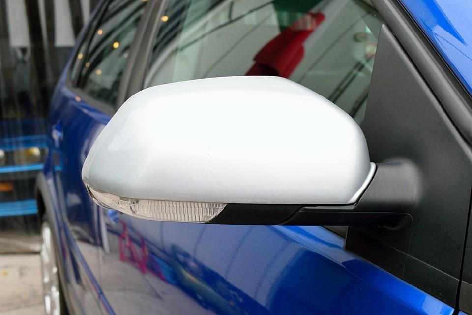 このクラスの装備としては贅沢なウィンカー内蔵のサイドミラー!視認性が良く安全な上にカッコ良い〜!