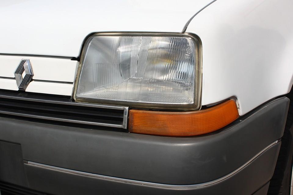 ヘッドライトはそれほどでもないですが、ウィンカーレンズは少し劣化しています。 割れとかではないので機能的には問題ありません。