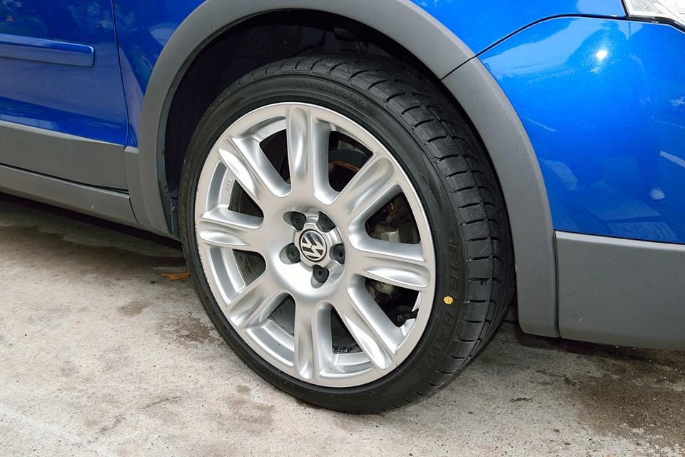 扁平タイヤゆえの宿命でしょうか、純正アルミホイールは結構ガリキズあります。 タイヤはご覧の通り新品交換しました!車両価格だけでなく、こういうとこ大事ですよぉ奥さ〜ん!(笑)