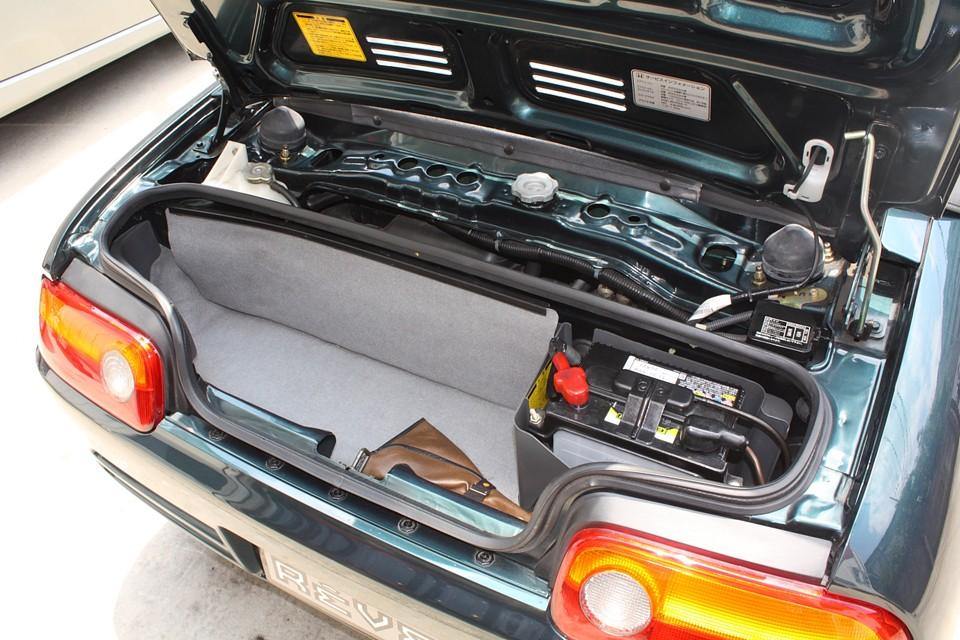 トランクはミニマムなので幌カバーだけでほぼいっぱいです。 仕方無いことですがスペースはほとんど無いと思った方が良いですね。