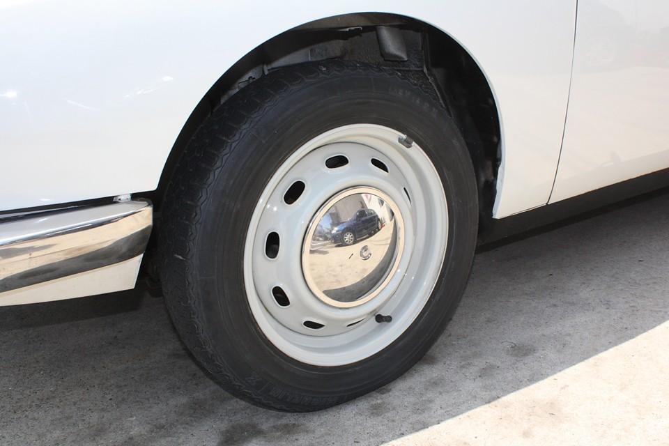 ホイール、ホイールキャップとも目立つキズはありません! タイヤは古いので、ミシュラン4本交換サービスしま〜す!