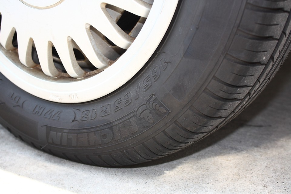 タイヤはヒゲも残っていて、比較的新しいものです。8〜9分山と言ったところでしょうか。