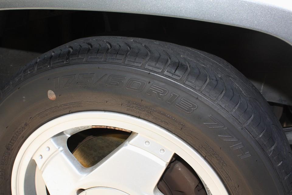 タイヤはヒビヒビ状態なので、4本新品交換サービス!(DUNLOP LE MANSになります。)