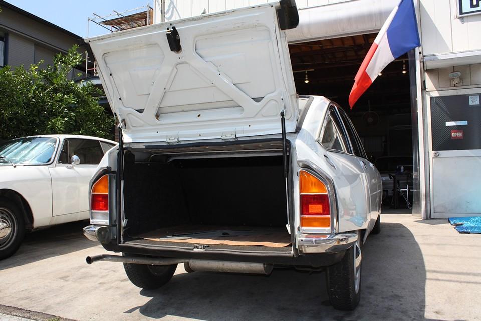 GSのトランクはこんな開き方です。中はタイヤの出っ張りも無く四角!容量もかなりあります。