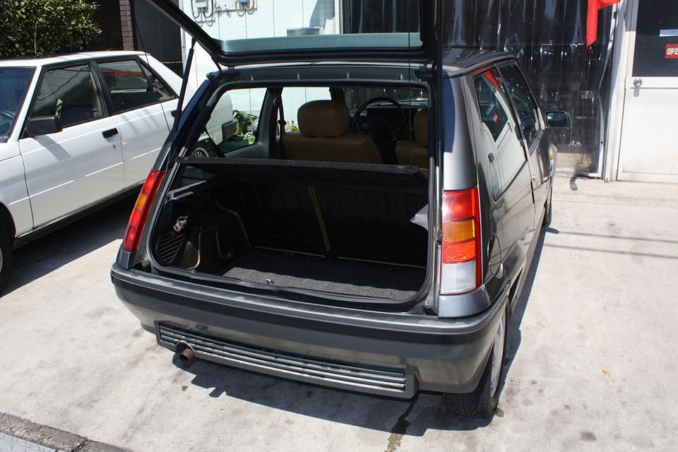 このサイズのボディでこのトランクスペースは立派!さすが実用主義のフランス車!