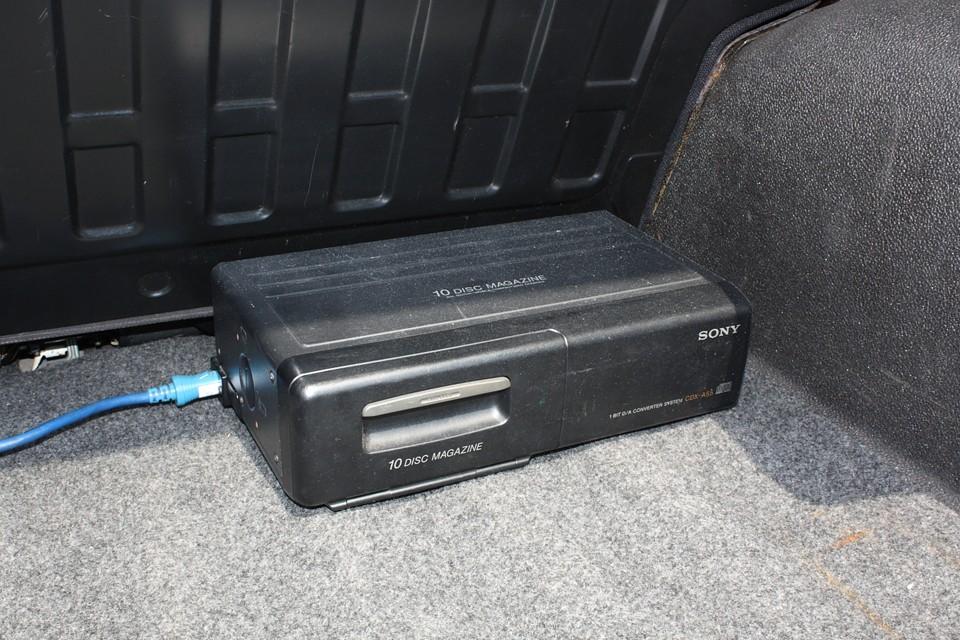 トランクにはCDチェンジャーも装備!