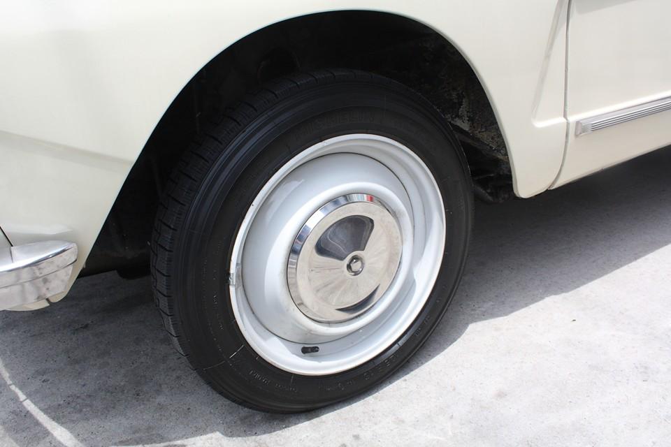 2CVと同じシンプルな鉄チンホイールは若干のキズや汚れがありますが、それほど気にならないと思います。タイヤはミシュラン125R15を4本新品交換済み!