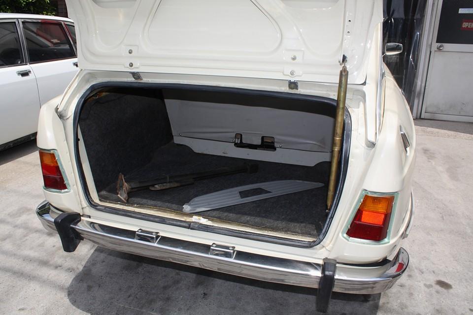 トランク容量は十分ですね。リッドはここまで開くので荷物の積み降ろしも楽です。専用ジャッキ、グリルカバーも付属します。